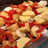 #idéerecette  Pas vraiment le temps ou pas vraiment l'envie ? Cela arrive à tout le monde 🙄😁 J'ai testé pour vous la recette simplissime illustrée : pommes de terre, poivrons et oignon blanc coupés en morceaux 🔪, un filet d'huile d'olive, un peu d'épices et hop ! Au four à 200 degrés. J'ai remué de temps en temps et c'était prêt au bout de trente à quarante minutes (il suffit de goûter pour tester !). J'ai testé un plat avec de la fleur de sel aux épices grillées de @terreexotique et l'autre avec les Épices gril et plancha de @epicesmaxdaumin … je ne saurais choisir 😉🤔😋  Retrouvez ces épices et les autres en boutique et sur www.boutique-laurent.fr   #moncoeurvalence #valence #villedevalence #valenceromansagglo #valenceromanstourisme #valenceengastronomie #valléedelagastronomie #drôme #ardèche #épiceriefine #gourmet #caviste #prenezsoindevous💖