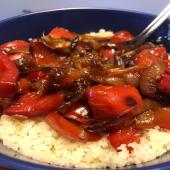 #jeudirecette  Je vous partage une recette que je pratique souvent et avec différents légumes. Je fais revenir oignons et ail dans de l'huile d'olive. J'y incorpore mes légumes (ici du poivron rouge), que je fais suer et cuire dans leur propre suc, ils doivent être quasiment confits. Je sale. En cours de cuisson, j'ajoute un demi citron confit et du Ras el Hanout (j'ai enfin gouté celui de @epicesmaxdaumin 😋😱). Je sers sur de la semoule de blé et je déguste bien chaud !  C'est tout simple mais c'est bon 😋🤩  #moncoeurvalence #valence #villedevalence #valenceromansagglo #valenceromansagglo #drôme #ardèche #épiceriefine #gourmet #prenezsoindevous💖